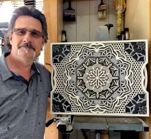 Yves Poulin avec un mandala 3D